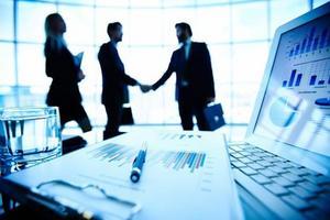 Ngành Kinh doanh thương mại là gì? Học những gì? Gồm những chuyên ngành nào? Ra trường làm gì? Lương bao nhiêu? Có dễ xin việc không?