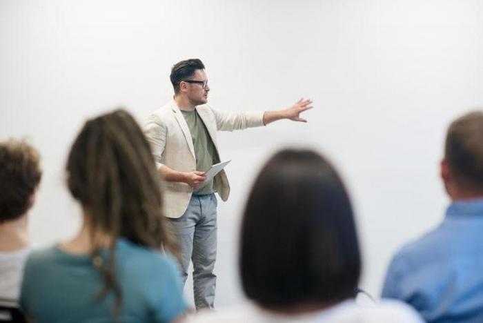Trợ giảng tiếng Anh là gì? làm gì? lương bao nhiêu?